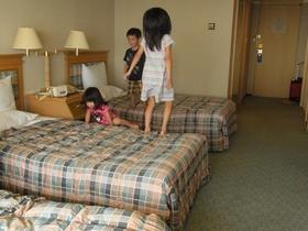 部屋で遊ぶ孫達.JPG