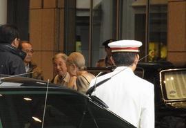 車を降りられた両陛下.JPG